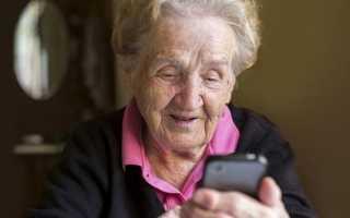 Московские пенсионеры смогут вызывать помощь посредством бесплатного смартфона