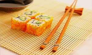 Обучение владению китайскими палочками во время еды