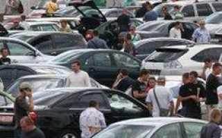 Автомобильный рынок России сократился почти наполовину