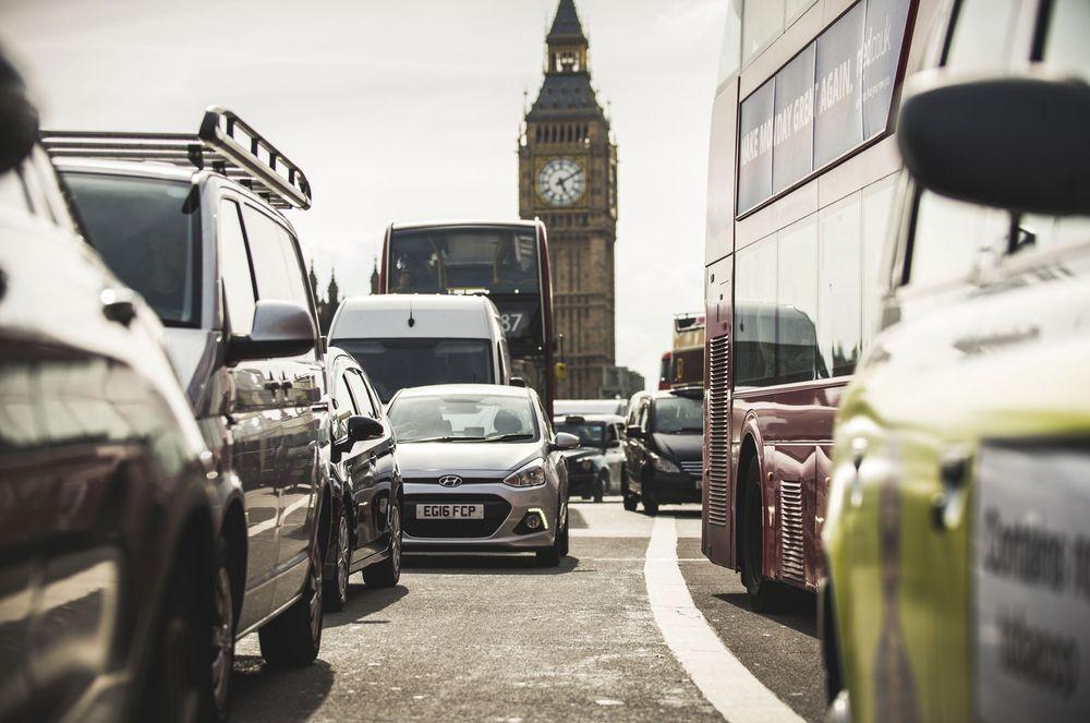 Лондонские автомобили на дороге