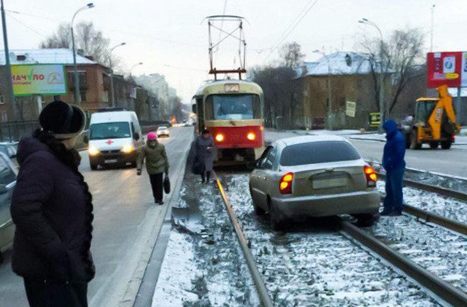 Водитель проехавший по трамвайным путям будет лишен водительских прав