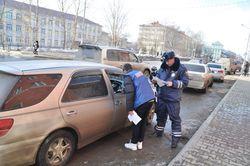 Сотрудники московской дорожной полиции раздают листовки