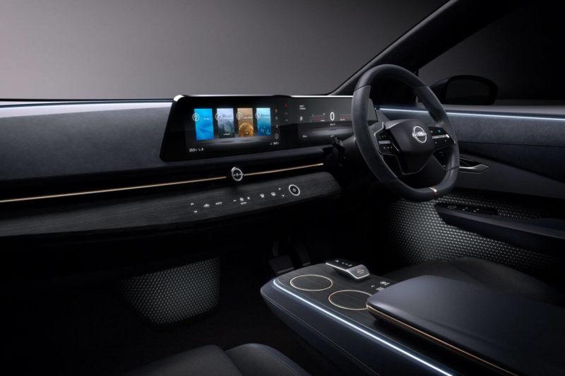 Салон автомобиля Nissan Ariya выполнен в темных тонах.