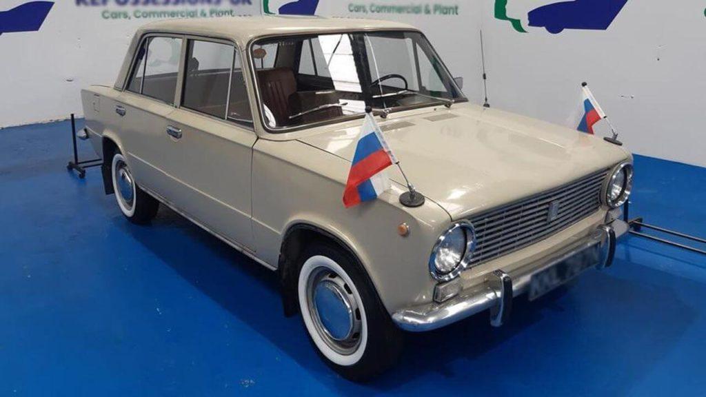 старый седан Lada-2101